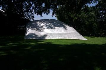 Eine riesige Folie sollte vor dem Zusammenlegen getrocknet werden, von beiden Seiten. Mit den richtigen Tricks löste der Wind das Problem zuverlässig
