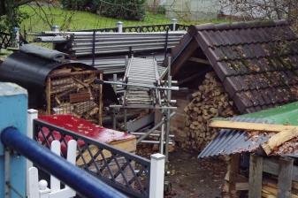 Hofplatz hinten mit Holzlager